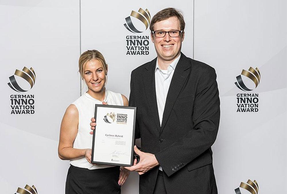 Linda Wiese, Marketing THOMAS, und Vladimir Sizikov, Innovationsmanager bei THOMAS, freuen sich über die Auszeichnung.