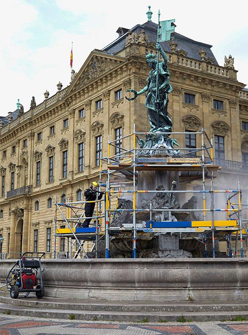 Frankoniabrunnen in Würzburg: Die Reinigung findet im Rahmen von Restaurierungsarbeiten statt.