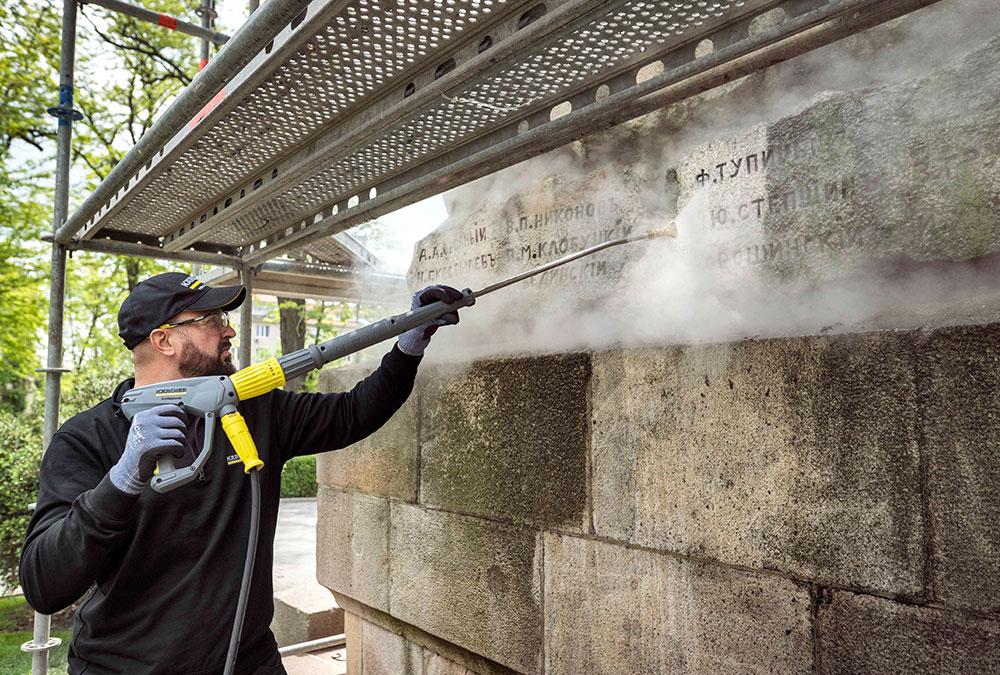 Mit einem Heißwasser-Hochdruckreiniger wurde der gesamte Schmutz schonend und ohne chemische Zusätze entfernt.