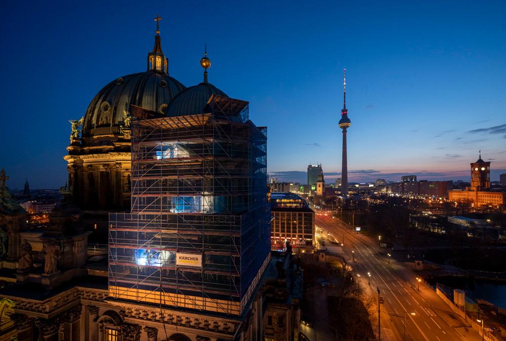 Reinigung über den Dächern von Berlin